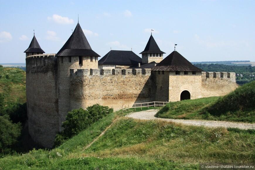 В цитадели пять башен — Входная (Надвратная), Кузнечная, Комендантская, Северная и Восточная. Высота стен, их соединяющих — 40 метров, толщина — 5 метров.