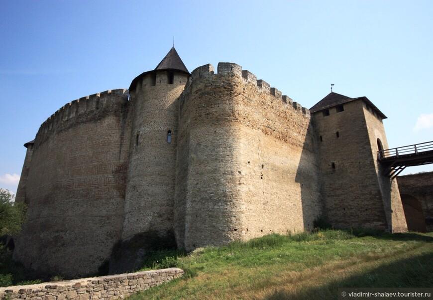 Снизу крепость выглядит совсем уж внушительно.
