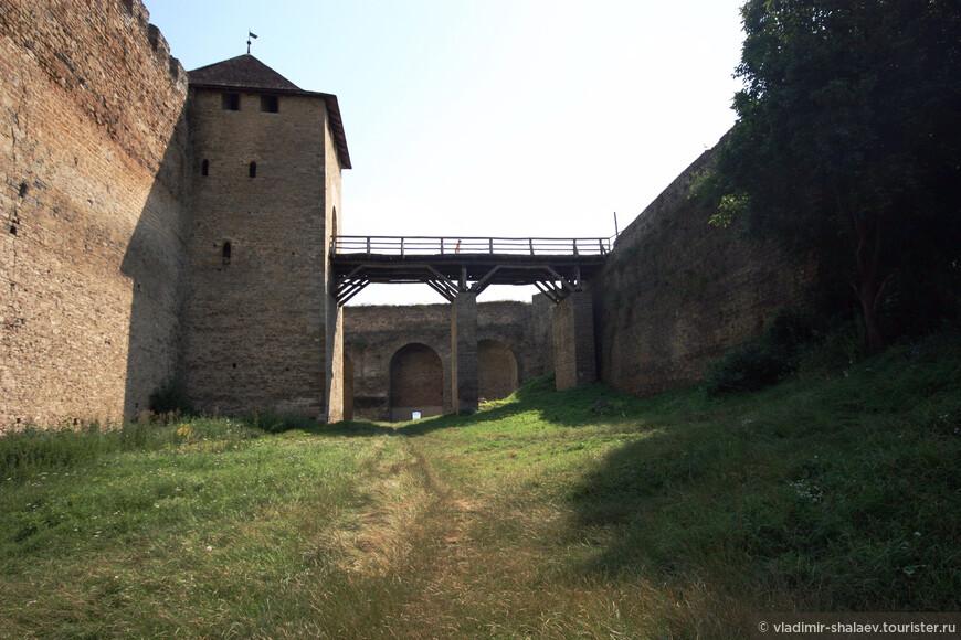 Во второй половине ХІІІ в. князь Данило Галицкий и его сын Лев перестроили крепость. Вокруг нее появились семиметровая каменная стена и рвы шириной до 6 метров.