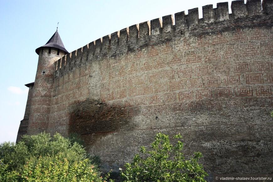 Привлекает внимание на высоченной западной стене крепости мокрое пятно. Согласно одной из легенд, образовалось оно после того, как в стену ради ее неприступности заживо замуровали молодую девушку. На самом деле пятно образовалось на месте старого рва, который был засыпан в XV столетии при реконструкции крепости.