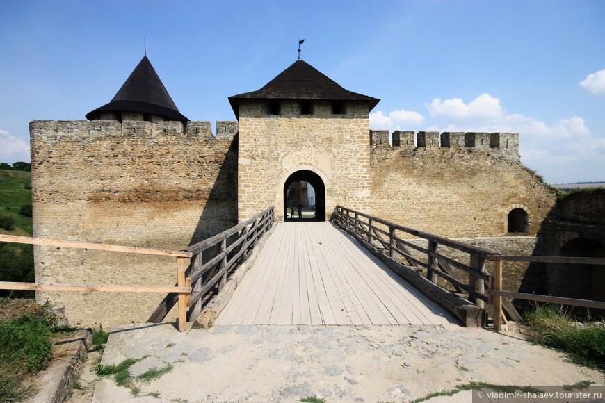 Мост через крепостной вал ведет в Надвратную башню замка.