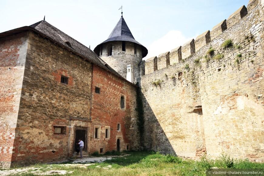 В углу между дворцом коменданта и крепостной стеной Комендантская башня.