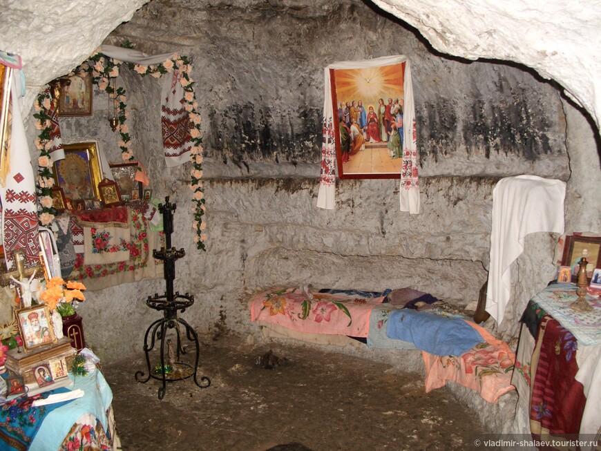 Иконостасы украшены терновыми платками, традиционными украинскими вышитыми полотенцами и венками цветов.