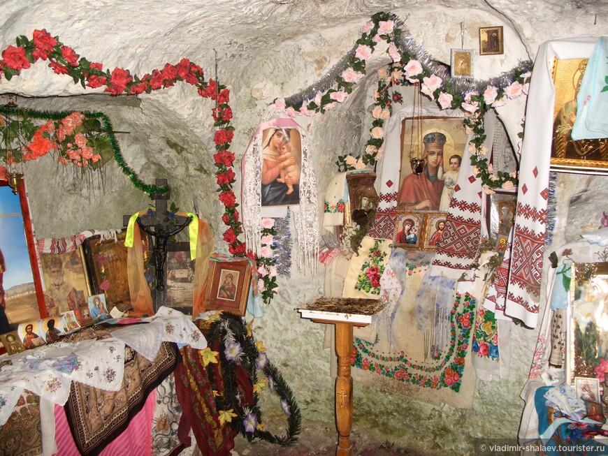 Стены пещеры побелены, церковная чистота и благость. Это жители окружающих сёл обустроили храм в святых пещерах.