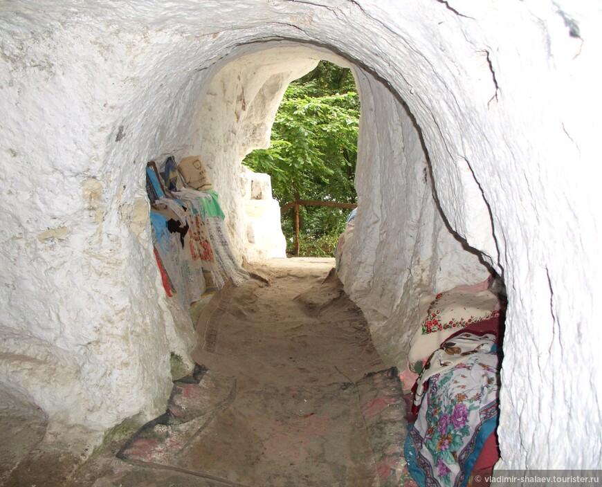 Немногочисленные руины Михайловской церкви и остатки пещер можно осмотреть только в этом одном месте на склоне горы. Отсюда можно спуститься к Днестру.