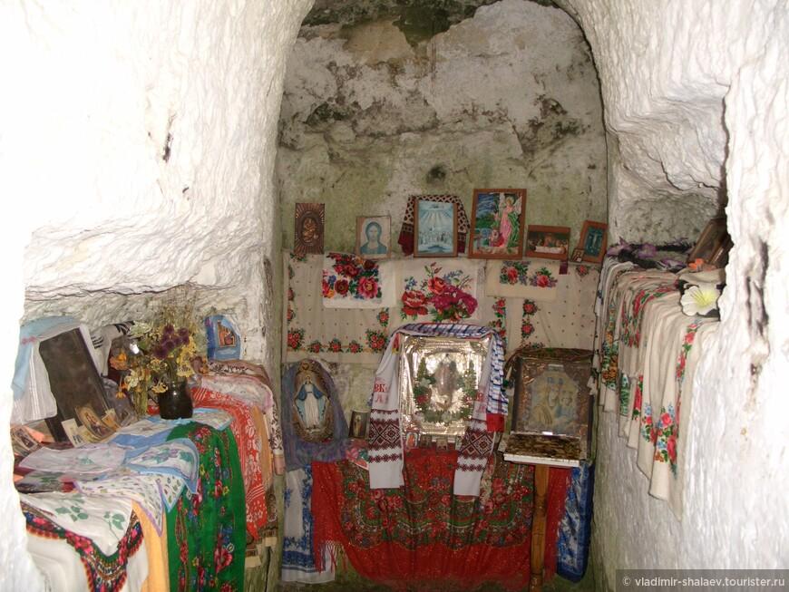 В кельях — алтари и иконостасы.