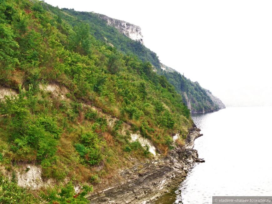 История Бакоты закончилась в 1981 году, когда в ходе строительства Новоднестровской ГЭС население было выселено в соседние города, а сам населенный пункт полностью затоплен водой. В 1996 году обвал верхней скалы Белой горы (вон она нависает над склоном)  уничтожил основную массу пещер и усыпальниц с настенными росписями и фресками 11-13 веков. Лишь в одном месте сохранились остатки келий и захоронений монахов, немногочисленные руины Михайловской церкви и покинутые фруктовые сады.