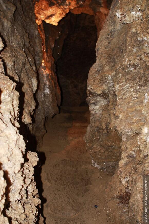 """""""Кристальная пещера"""" (""""Хрустальная"""", """"Кристаллическая"""", """"Кривчанская"""") - самая известная и наиболее приспособленная для посещения туристами пещера Подолья. Вход расположен в отрогах горы на юго-западной окраине с. Кривче."""
