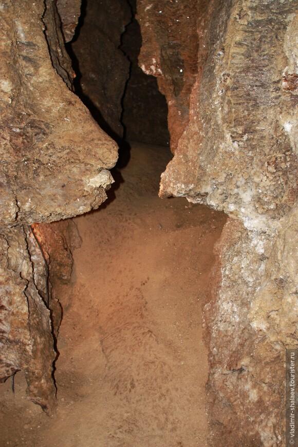 """Представляет собой вымытую подземными водами 20 млн. лет назад разветвленную гипсовую систему ходов. Экскурсионный маршрут по очищенной и освещенной части """"Кристальной"""" составляет около 2,5 км, из которых 500 м - входной коридор."""