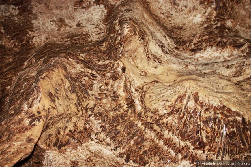 Основная текстура пещеры - каменные перья.