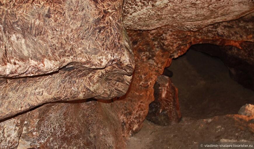 Пещера отличаются постоянством своего микроклимата. На протяжении всего времени в ней температура +10, относительная влажность — 95-100%. Наблюдается повышенная ионизация воздуха, и полное отсутствие патогенных организмов.