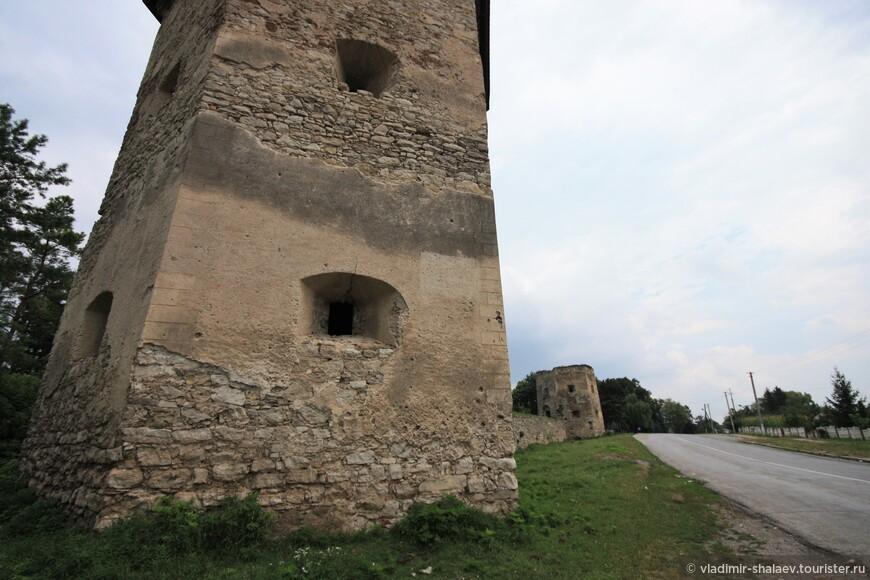 Только две башни и фрагмент оборонной стены остались от Кривченского замка, сооруженного в середине XVII века польскими шляхтичами Концкими в селе Кривче. Замок имел почти квадратную форму с башнями по углам. С западной стороны были сооружены въездные ворота. В течение первого столетия своего существования постоянно находился в эпицентре польско-турецких войн, переходя из рук в руки. Потом был захвачен казаками Хмельницкого. Только в XVIII в. Кривченский замок потерял стратегическое значение и был превращен в резиденцию польских магнатов Голеевских. В XIX в. руины выкупил предприниматель, или уж скажем прямо  еврей-перекупщик Лазарь Зейдман, приказав разобрать большую часть на стройматериалы для винокурни, а остатки камней продал крестьянам. Ничего личного, просто бизнес.