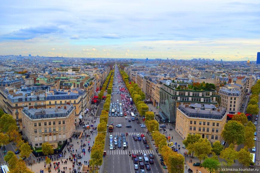 Триумфальная арка. Очень хороший вид на Париж, и Эйфелеву башню, кажется, можно схватить рукой. 50 метров. Подъем пешком. Стоимость – до 10 евро.