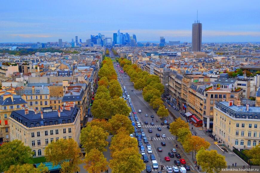 Триумфальная арка - смотровая площадка, с которой видны Триумфальная площадь, Елисейские поля, Лувр, башня Монпарнас и другие достопримечательности Парижа.