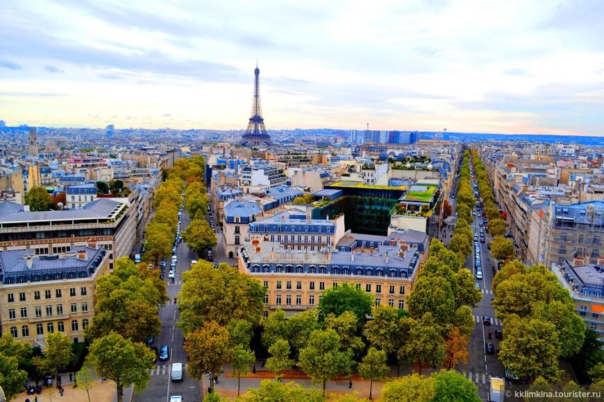Здесь каждый метр имеет свою уникальную историю и может рассказать много чего интересного. Кроме того, парижские улицы с большими старыми деревьями, памятники архитектуры и новые здания соединяются воедино, образуя общую картину современной столицы Франции. Погрузившись в атмосферу города, турист понимает, что здесь почти все является достопримечательностью и спешит увидеть как можно больше.
