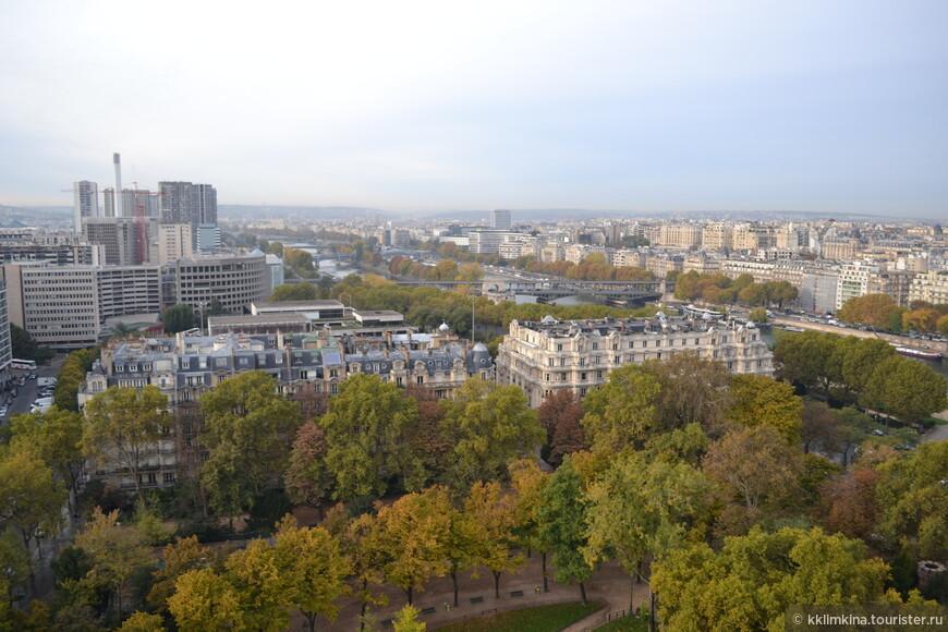 Самая знаменитая смотровая площадка Парижа – Эйфелева башня. На ней есть три уровня: 1 этаж – 57 метров, 2 этаж –115 метров и 3 этаж – около 300 метров высотой. До каждого этажа поднимают лифты. На первый и второй этаж при желании можно подняться пешком. Стоимость: от 4.7 до 13.4 евро в зависимости от этажа.