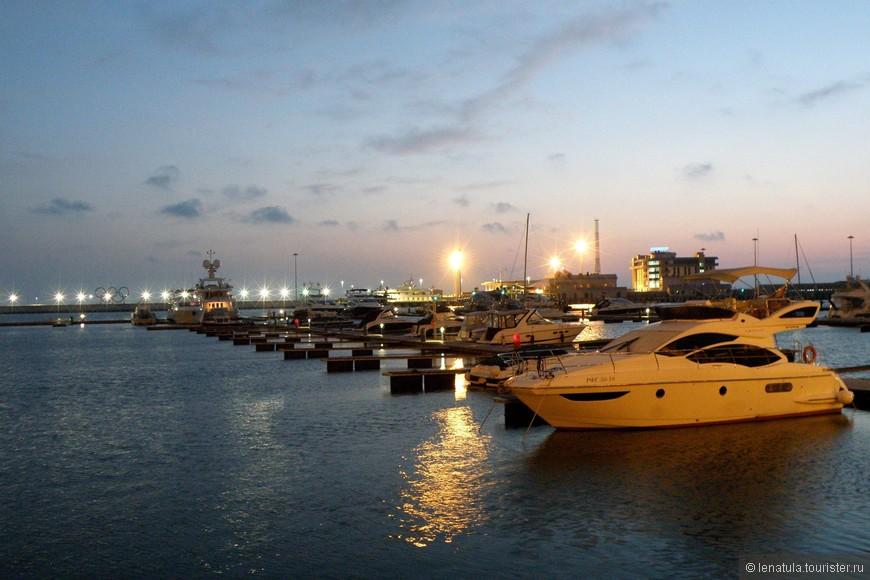 Вечером морпорт понравился ещё больше. Огни отражаются сверкающими дорожками на воде, подсветки достаточно, поэтому получается шикарная морская иллюминация