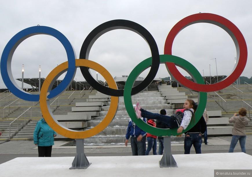 Всего годик-другой назад возле колец стояли толпы желающих сфотографироваться рядом с ними. Кольца стоят во многих местах и уголках Сочи. Даже в Олимпийском парке они не одни.