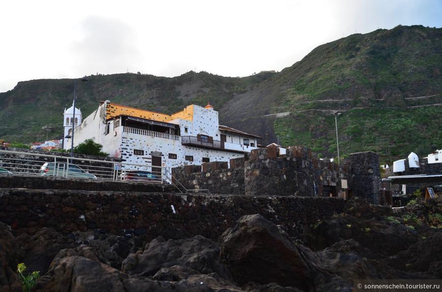 Береговая линия около Гарачико представляет собой вулканические развалины, здесь практически нет пляжей. Но в этом есть и определенное очарование.