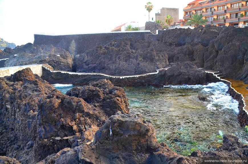 На берегу есть кафешка, непосредственно стоящая, на вулканической лаве.
