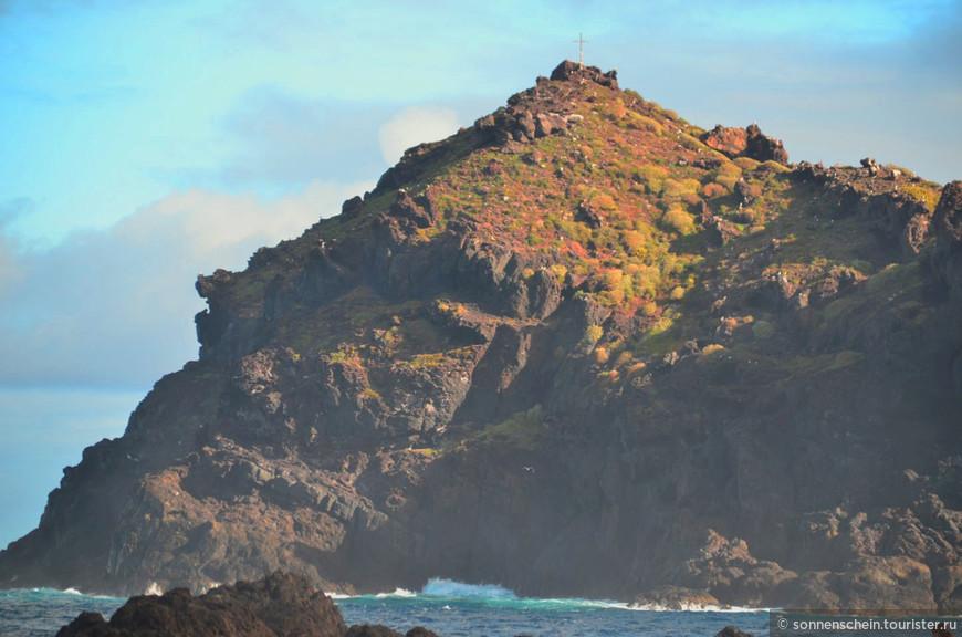 В трехстах метрах от берега выглядывает из воды большой камень, при ближайшем рассмотрении оказывающийся скалой Роке де Гарачико: на ней гнездятся редкие буревестники.