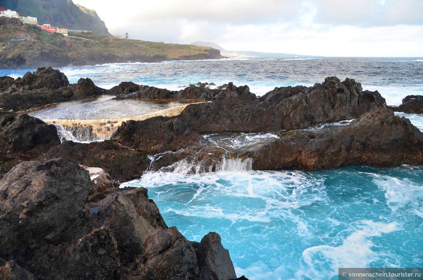 Можно осмотреть последствия извержения вулкана, которые очень гармонично вписываются в ландшафт и создают удивительно красивый вид на гавань. Это место называется естественный бассейн ель Калетон
