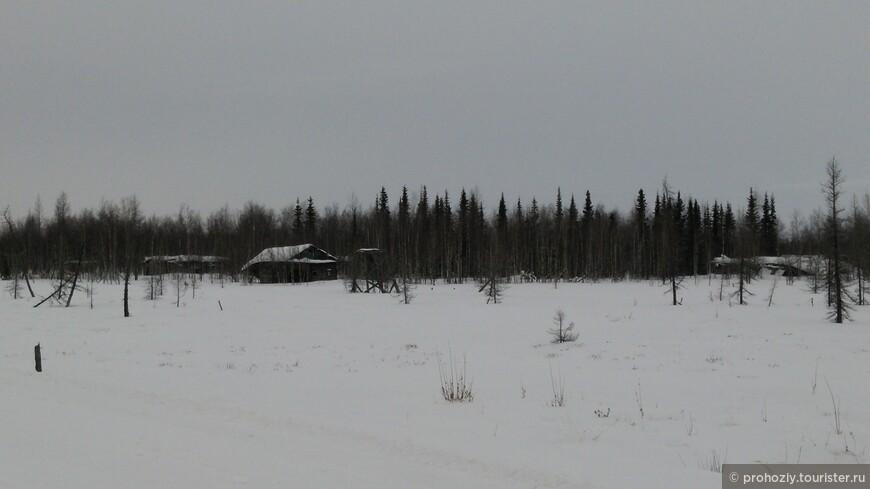 Это бывший лагерь. Они попадались почти на всем пути. Историческая дорога. Печальная.
