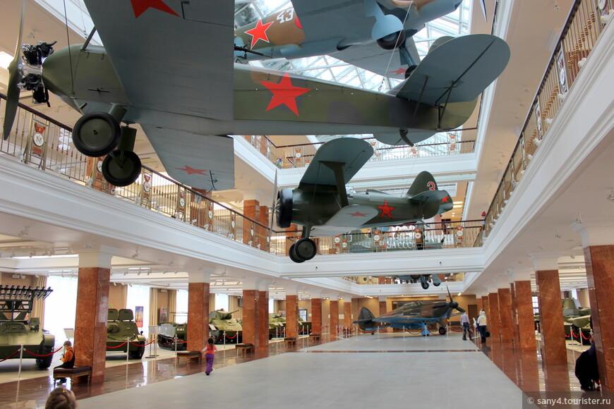 На первом - втором этажах расположена легкая техника, на третьем - образцы обмундирования и экипировки. Под потолком подвешены легкие самолеты.