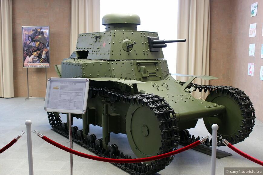 Первый этаж отдан легким танкам предвоенного СССР. Танк Т-18.