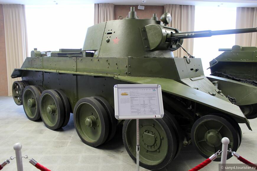 Тот же танк, без гусениц, на колесах.