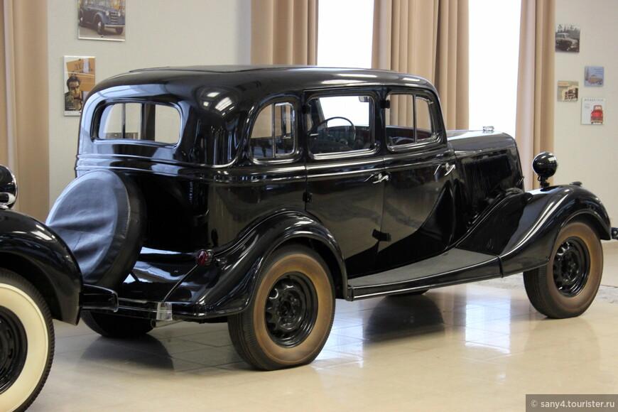 """Второй этаж отдан легковым автомобилям. Знаменитая """"Эмка"""" - ГАЗ-М-1. Самый массовый автомобиль 30-х годов. В армии использовался для перевозки командного состава."""