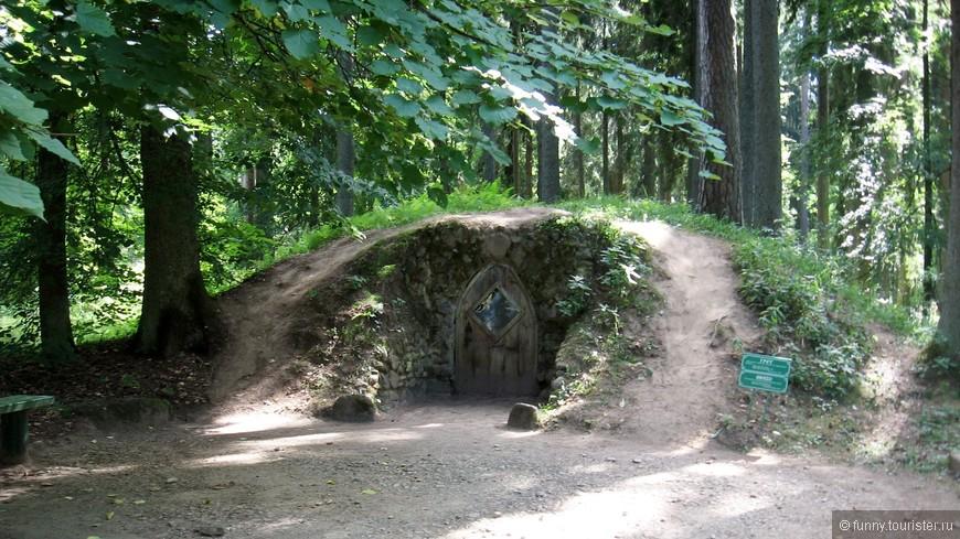 Грот-своеобразный холодильник. Помимо хозяйственного предназначения появилось еще и эстетическое - грот стал одним из украшений парка.
