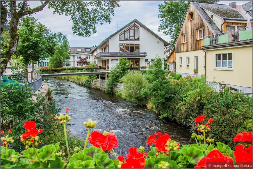 мосты, как это водится в Шварцвальде по обеим сторонам украшены корзинами с цветами