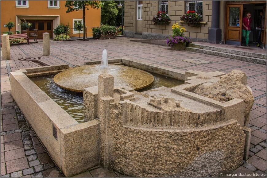 перед входм в Ратушу, как это водится в городках Верхнего Шварцвальда, расположен фонтанчик