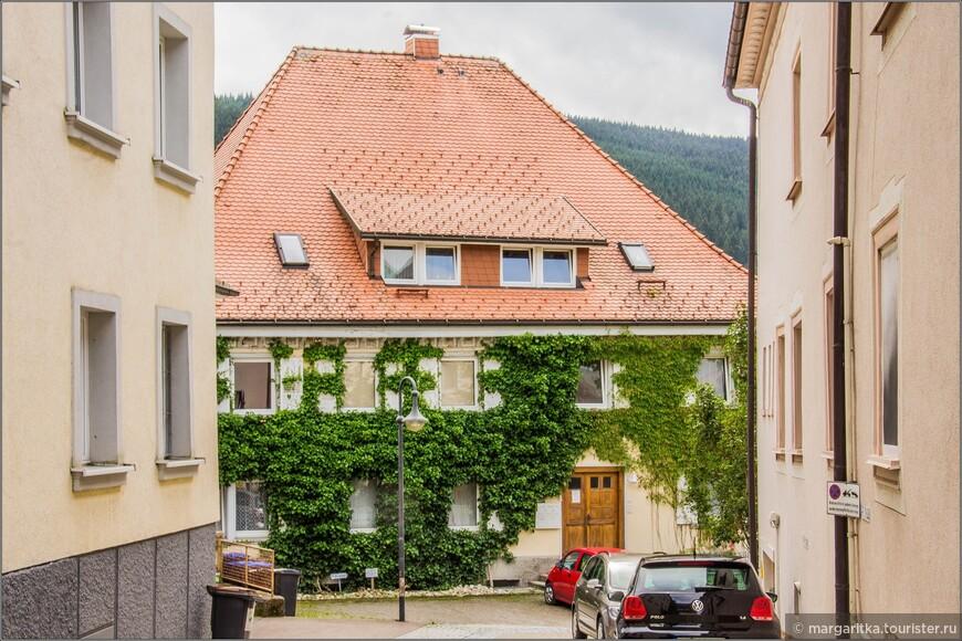 вот такие очаровашки домики, заросшие зеленью встречаются по всей Европе