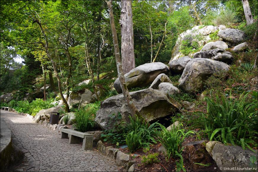 Парк здорово украшают живописно разбросанные повсюду валуны.
