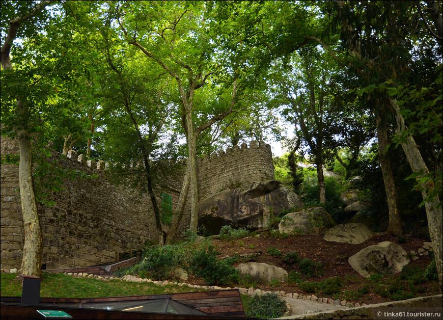 Сквозь листву деревьев уже проглядывают зубчатые стены крепости.