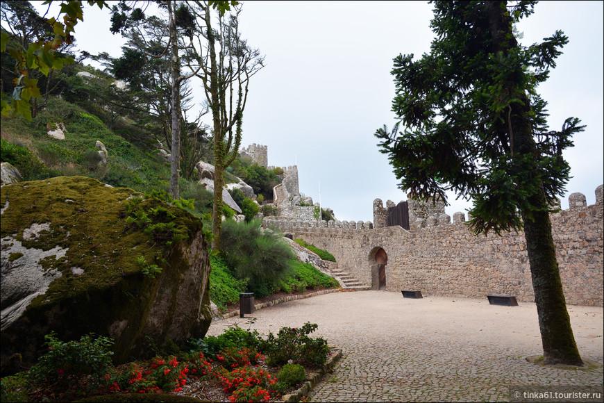 Входим на территорию замка.