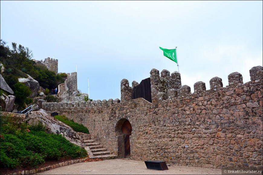 Замок открыт для посетителей с 09.30 до 20.00 часов,  на сентябрь 2015 года билет стоил 6.50 евро. Можно также приобрести комбинированные билеты с Замком Пена и Нац Дворцом.