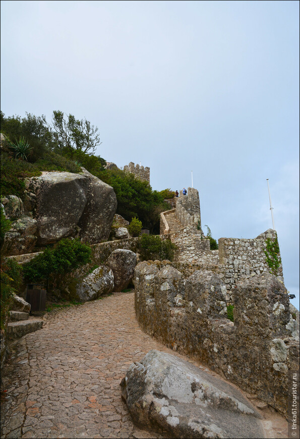 Сегодня замок находится в отличном состоянии. Но на самом деле он был сильно разрушен в результате землетрясения 1755 года и долго стоял в руинах. Отреставрировали его только в 19 веке.