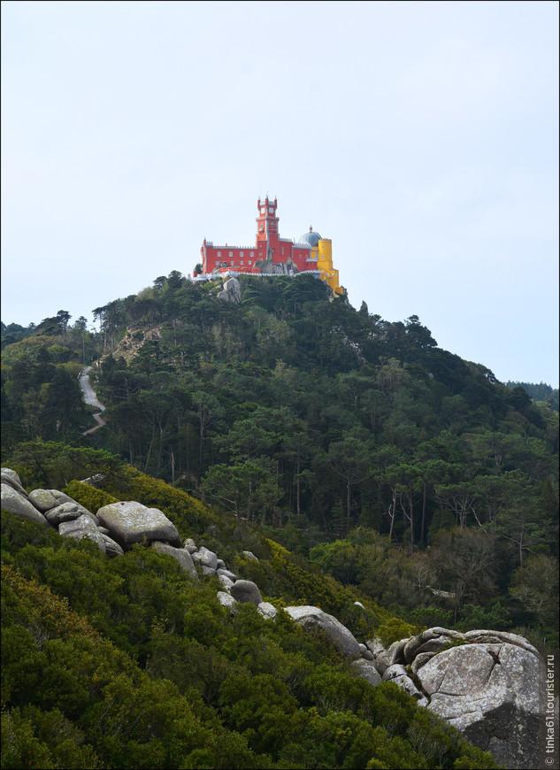 Со стен замка отлично просматривается и Дворец Пена. Он стоит как раз напротив Замка Мавров, на противоположном холме.
