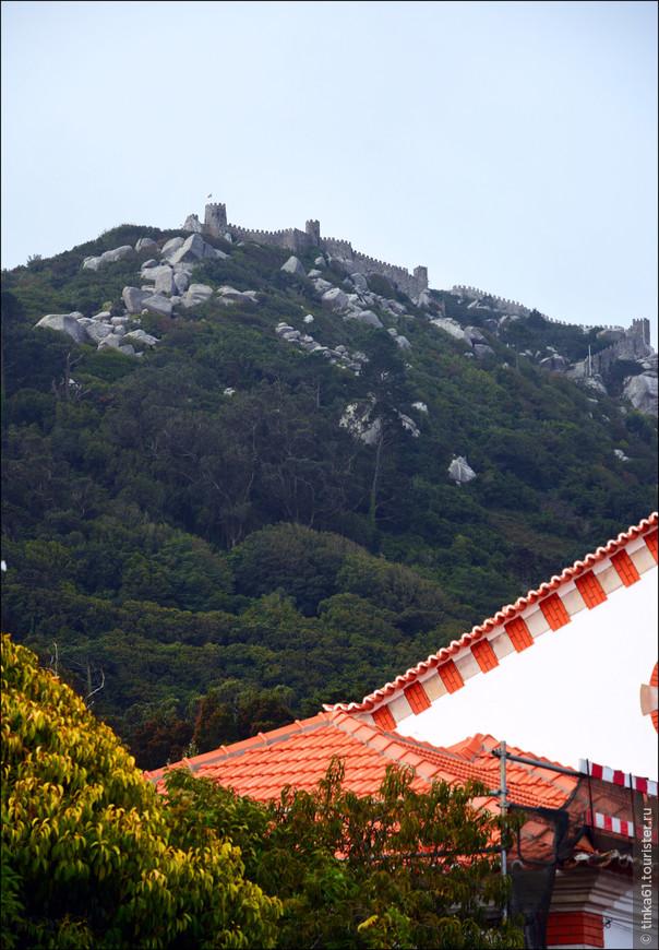 Замок Мавров хорошо виден  прямо на выходе из жд вокзала.