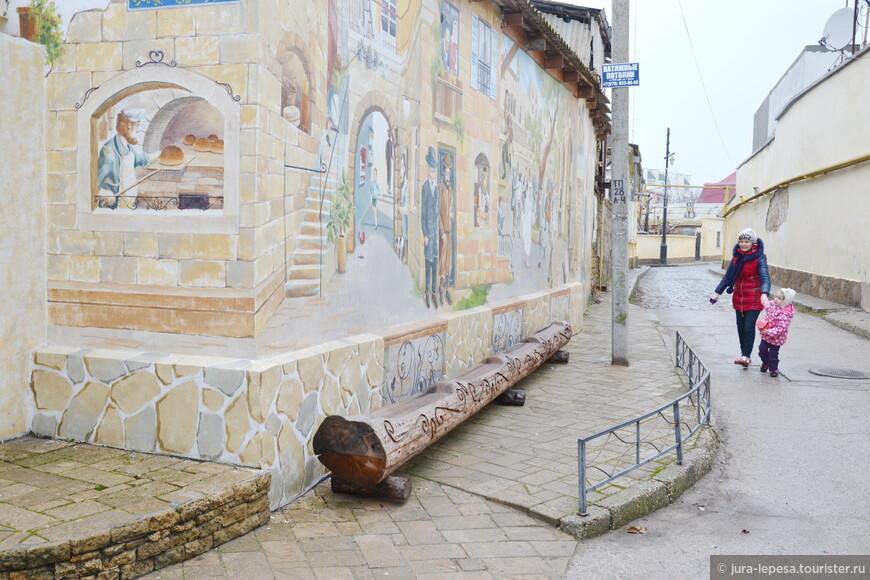 Стена расписана возле входа в еврейское кафе,чем и привлекает посетителей.