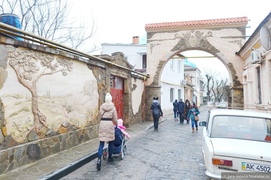 Одна из самых красивых уличных стен города расположена на пути к Свято-Николаевскому собору.