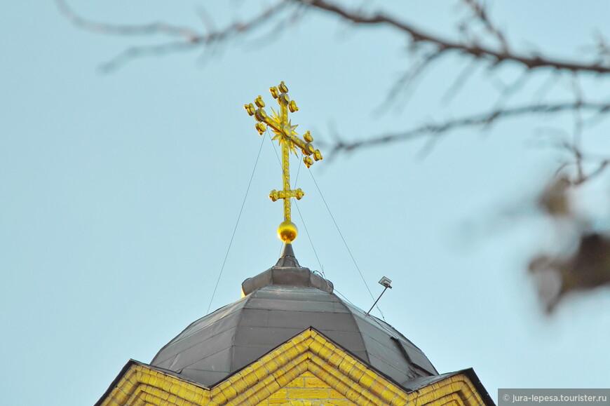 Храм Святого Пророка Илии, вид с набережной на крест.