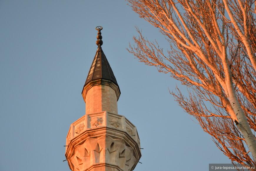 Джума-Джами является самой большой и самой красивой мечетью в Крыму. Ее архитектурный облик напоминает знаменитый храм святой Софии в Константинополе.