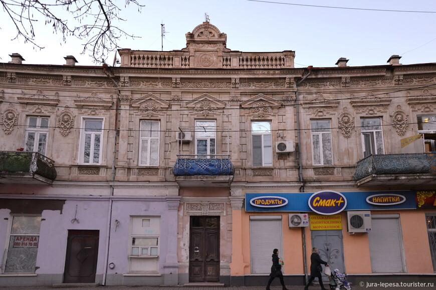 Здание на ул.Революционной.Мы видим,что современное не всегда хорошее.