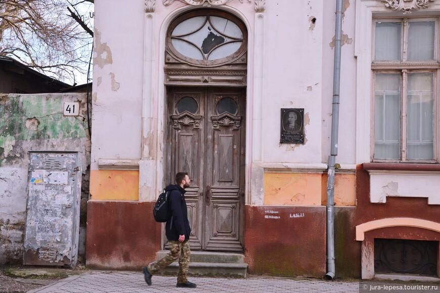 А это здание- городской суд и по моему мнению заслуживает должного внимания.В нем проживала Леся Украинка.И место то какое-пронизано историей.