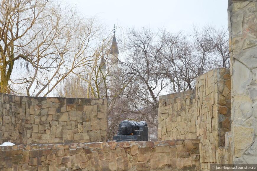 Вид с Суворовского редута на мечеть.