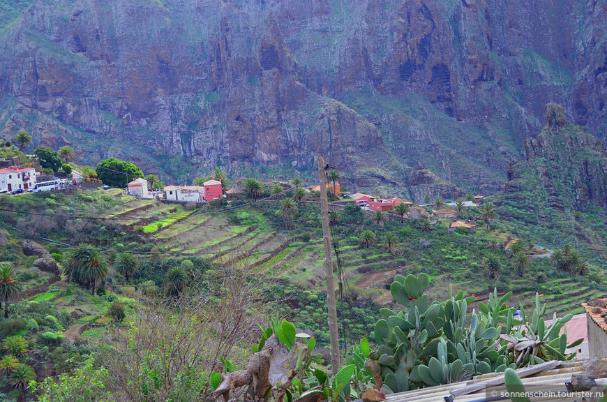 На канарском острове Тенерифе множество прекрасных мест и достопримечательностей, которые обязательно стоит посетить. Но пожалуй одно из самых красивых, фотогеничных и удивительных мест это деревня Маска, расположенная в ущелье на западе Тенерифе.